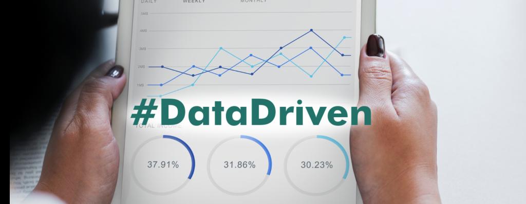 impulsada por datos manos de una mujer sosteniendo tableta con gráficas de negocios