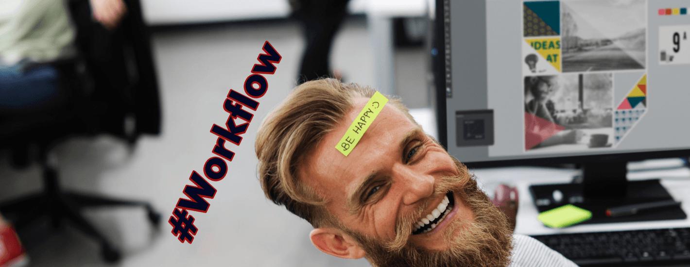 hombre con barba con sonrisa amplia y letrero be happy por workflows.
