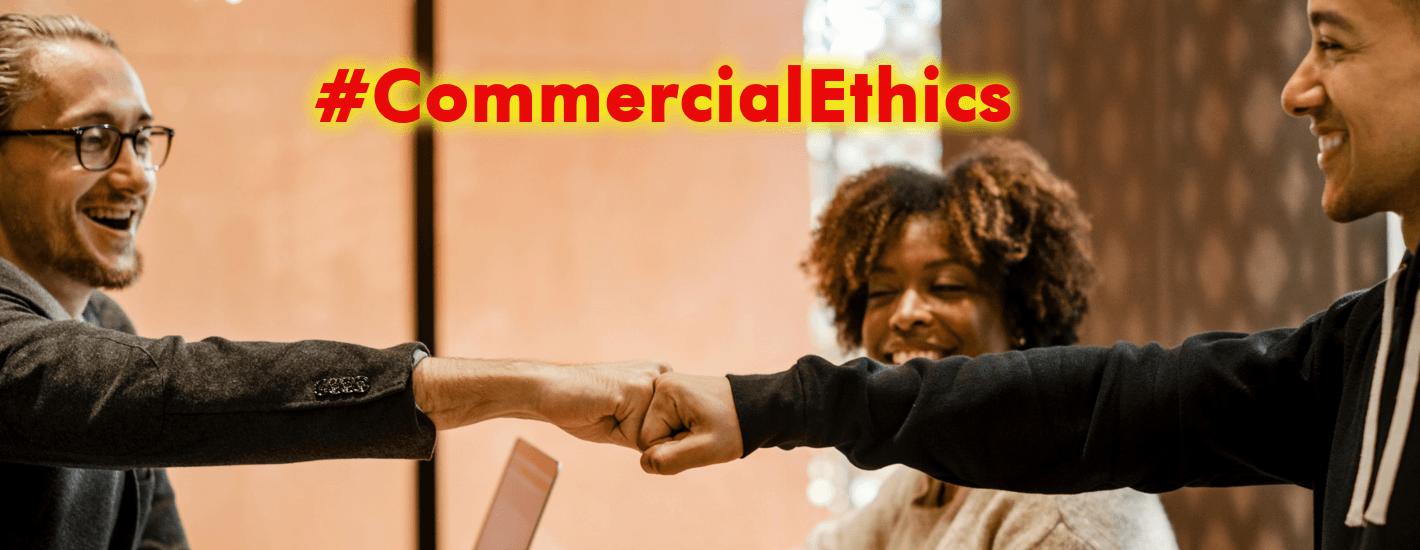 ética comerical dos hombres felices chocan sus puños y una mujer los ve en la oficina