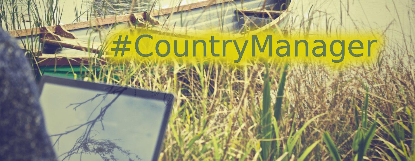 country manager trabajando remotamente desde una riviera frente a una lancha