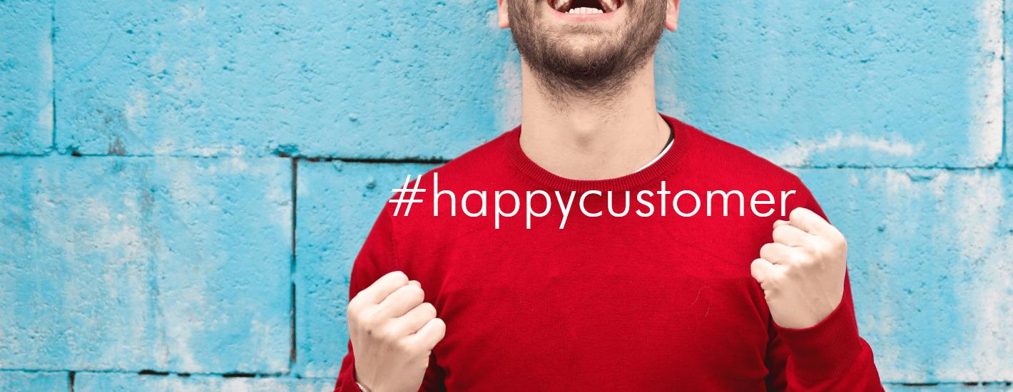 el mejor servicio al cliente, sonriendo sueter naranja en fondo azul claro